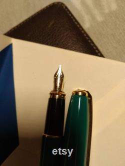 S.T. Dupont Fidelio kelly green body with gold accents.l like 14K Around bottom of cap S. T. Dupont Paris .
